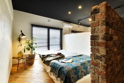 プライベート空間を確保した寝室 (築40年のマンションをNYスタイルに 男前ブルックリンハウス)