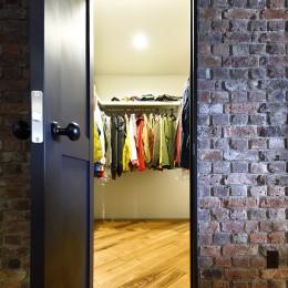 築40年のマンションをNYスタイルに 男前ブルックリンハウス (お気に入りの古着屋さんをイメージして造作したWIC)