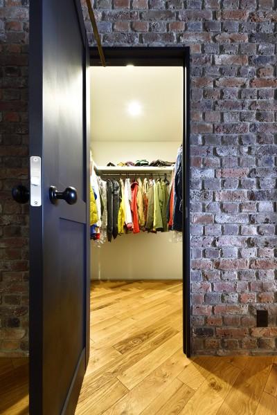 お気に入りの古着屋さんをイメージして造作したWIC (築40年のマンションをNYスタイルに 男前ブルックリンハウス)