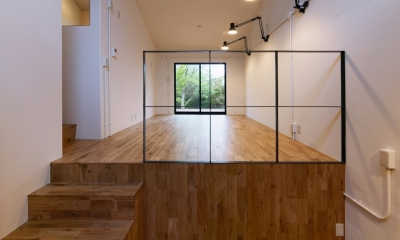 raita 特徴的なRC空間を活かし シンプルかつおしゃれにデザインした戸建テラスリノベ (リビング1)