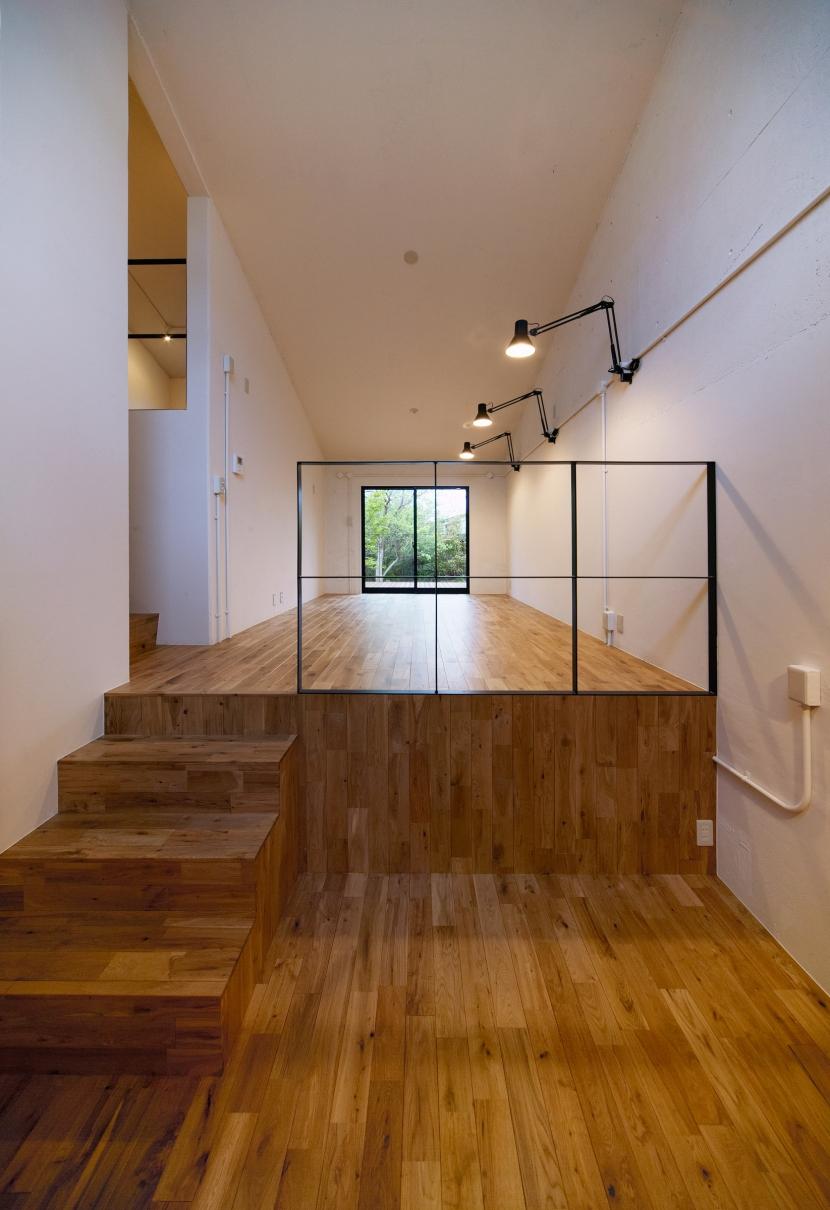 raita 特徴的なRC空間を活かし シンプルかつおしゃれにデザインした戸建テラスリノベの部屋 リビング1
