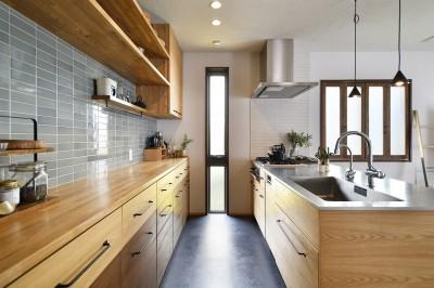 こだわりのタイルが魅力のキッチン (新しい家は体にやさしい自然素材)