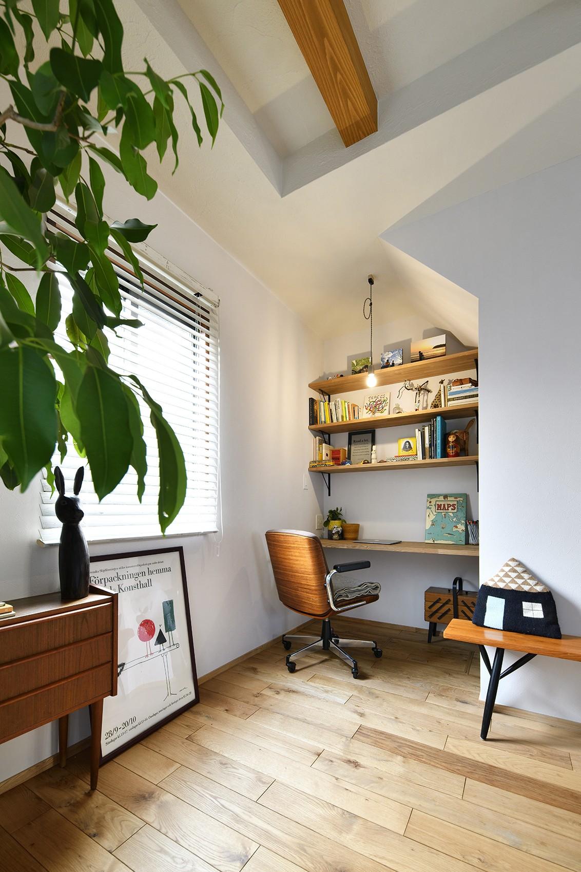 書斎事例:可愛い三角屋根のワークスペース(新しい家は体にやさしい自然素材)