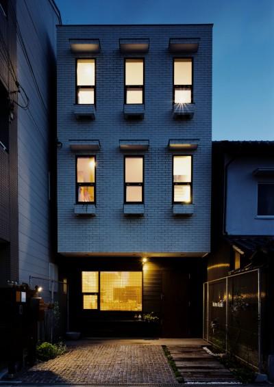 外観 夕景 (サロンのある家 ー汚れても、古くなっても、可愛いおうち。オランダのアパートメントのような家ー)