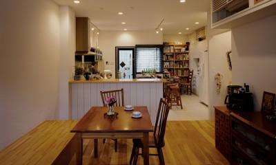 サロンのある家 ー汚れても、古くなっても、可愛いおうち。オランダのアパートメントのような家ー (サロンとキッチン)