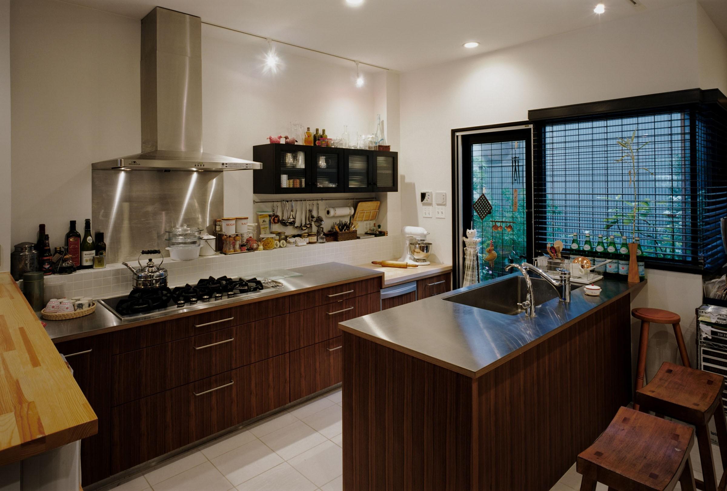 リビングダイニング事例:キッチンと中庭(サロンのある家 ー汚れても、古くなっても、可愛いおうち。オランダのアパートメントのような家ー)