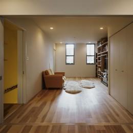 サロンのある家 ー汚れても、古くなっても、可愛いおうち。オランダのアパートメントのような家ー (洋室から家の正面側をみる)
