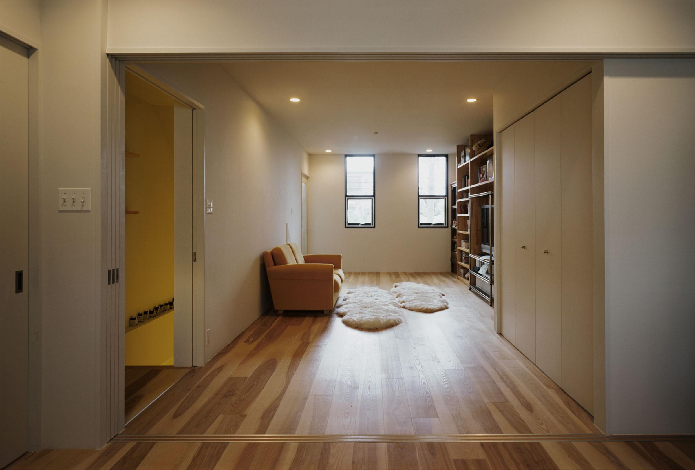 リビングダイニング事例:洋室から家の正面側をみる(サロンのある家 ー汚れても、古くなっても、可愛いおうち。オランダのアパートメントのような家ー)
