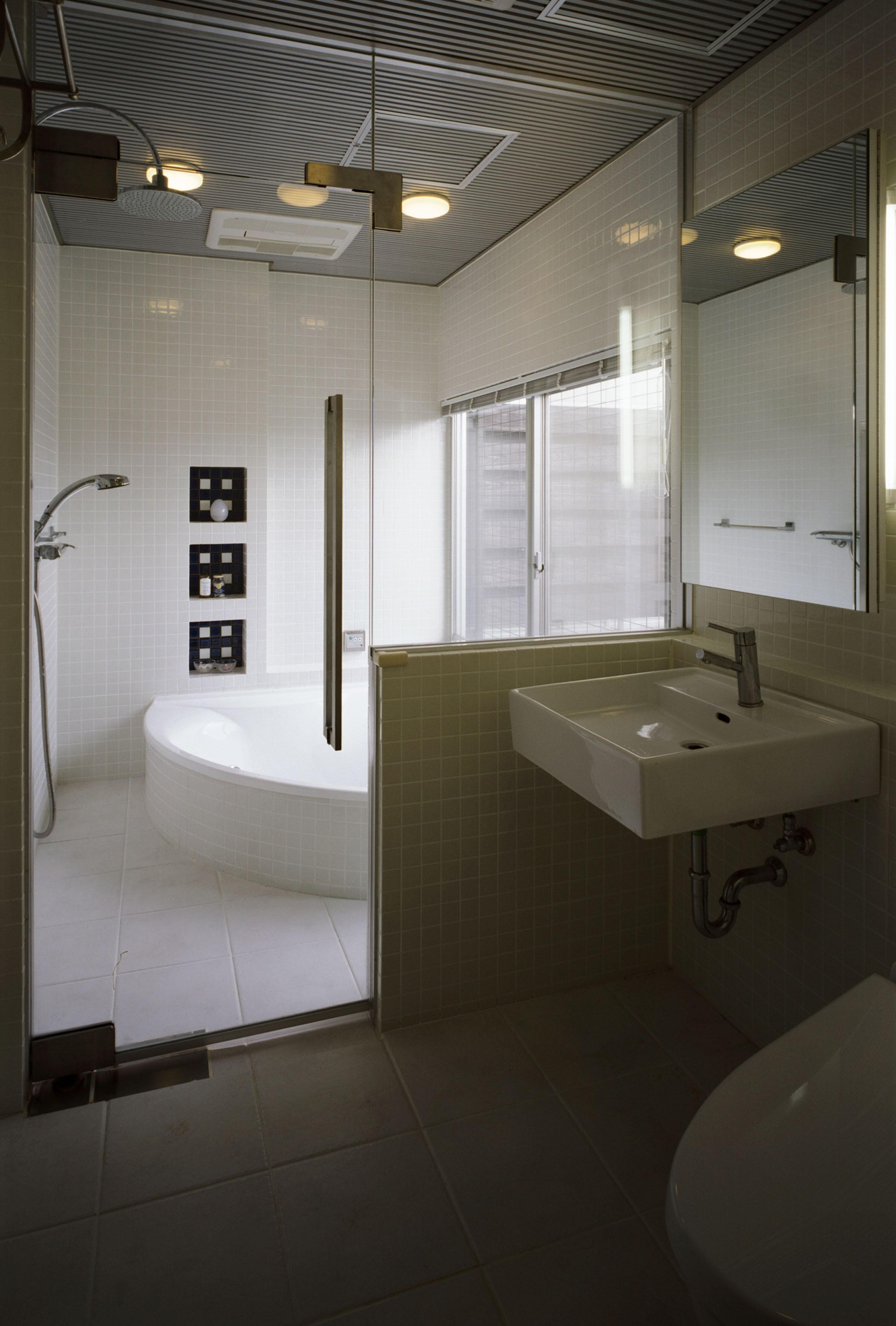 バス/トイレ事例:洗面とバスルーム(サロンのある家 ー汚れても、古くなっても、可愛いおうち。オランダのアパートメントのような家ー)