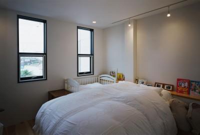 寝室 (サロンのある家 ー汚れても、古くなっても、可愛いおうち。オランダのアパートメントのような家ー)