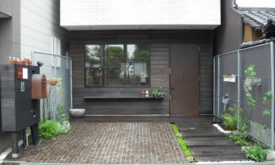 サロンのある家 ー汚れても、古くなっても、可愛いおうち。オランダのアパートメントのような家ー (玄関正面)