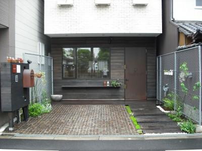 玄関正面 (サロンのある家 ー汚れても、古くなっても、可愛いおうち。オランダのアパートメントのような家ー)