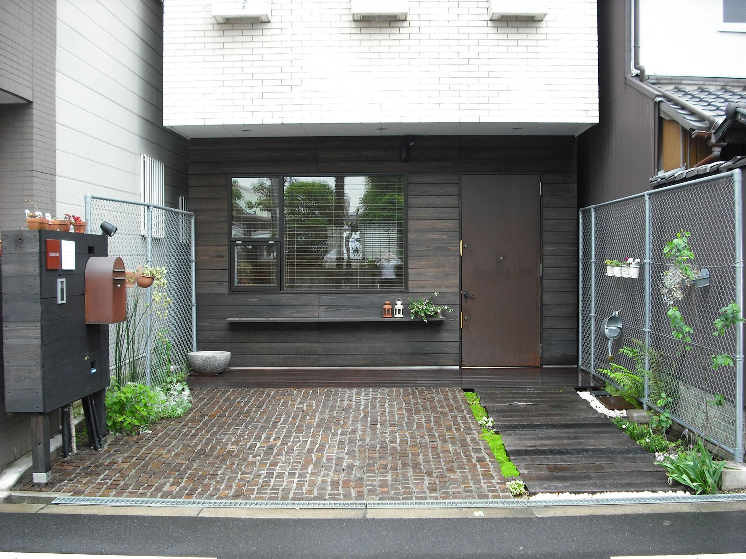 玄関事例:玄関正面(サロンのある家 ー汚れても、古くなっても、可愛いおうち。オランダのアパートメントのような家ー)