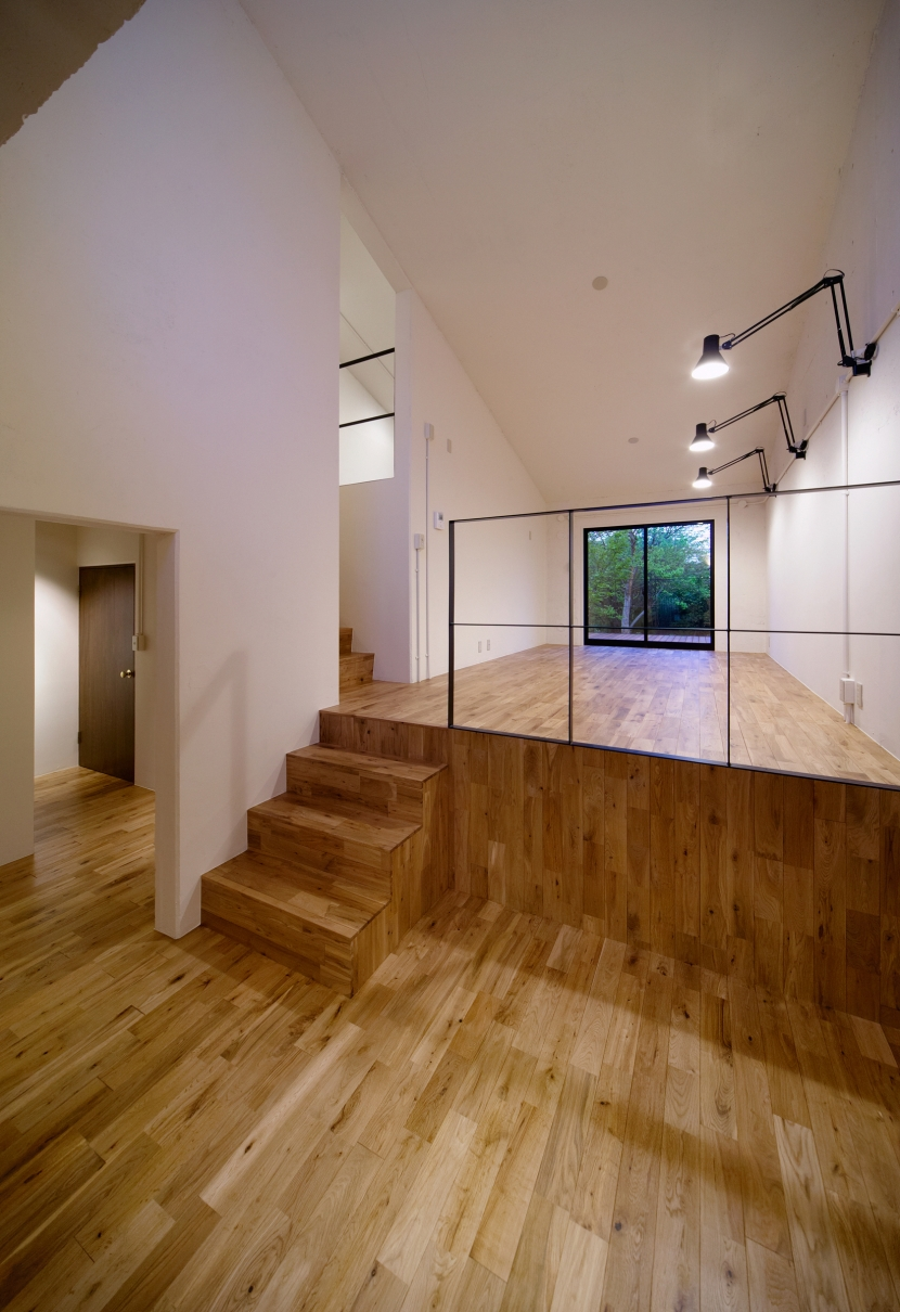 raita 特徴的なRC空間を活かし シンプルかつおしゃれにデザインした戸建テラスリノベの写真 リビング2