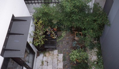 サロンのある家 ー汚れても、古くなっても、可愛いおうち。オランダのアパートメントのような家ー (2階から庭を見る)