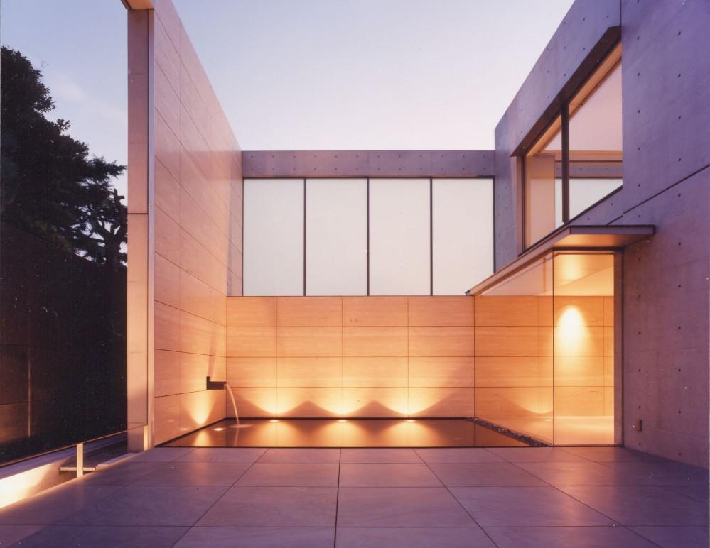 山手の家 (中庭夜景)
