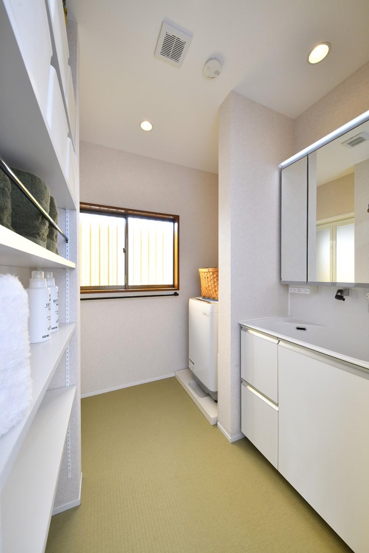 大好きなアジアンテイストの住まい (白を基調とした爽やかな洗面室)