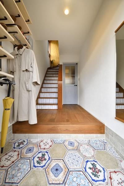 六角形のタイルがお出迎え 個性あふれる玄関 (大好きなアジアンテイストの住まい)