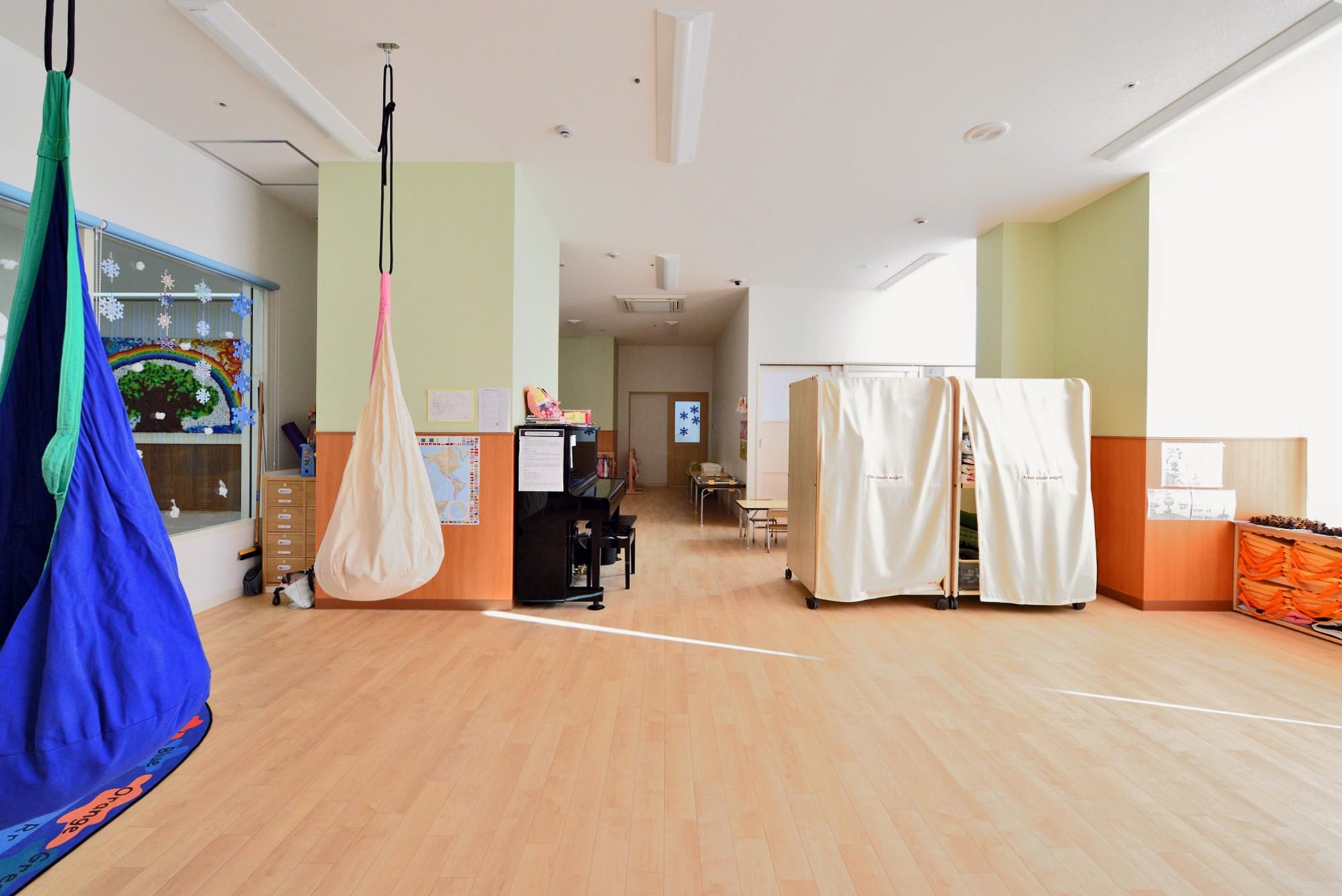子供部屋事例:メインの保育室・廊下側(横須賀市 ~にじのそら保育園~)