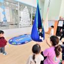 横須賀市 ~にじのそら保育園~の写真 2つのハンモックで遊べる大きな空間