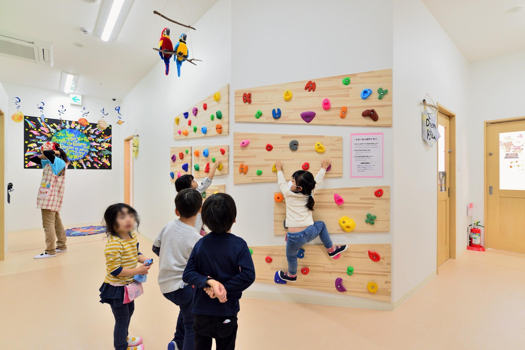 子供部屋事例:子どもたちに人気のボルダリングスペース(横須賀市 ~にじのそら保育園~)