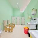 横須賀市 ~にじのそら保育園~の写真 明るいグリーンの壁が特徴のトイレ