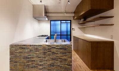 raita 特徴的なRC空間を活かし シンプルかつおしゃれにデザインした戸建テラスリノベ (キッチン)