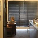【モノトーン】×【アジアで見つけたビンテージ家具】でつくる東南アジアのリゾートホテルの写真 廊下