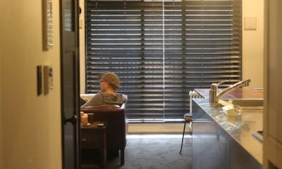 【モノトーン】×【アジアで見つけたビンテージ家具】でつくる東南アジアのリゾートホテル (廊下)