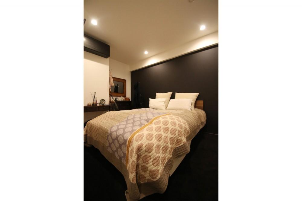 【モノトーン】×【アジアで見つけたビンテージ家具】でつくる東南アジアのリゾートホテル (寝室)