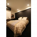【モノトーン】×【アジアで見つけたビンテージ家具】でつくる東南アジアのリゾートホテルの写真 寝室