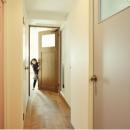 色違いのドアが楽しい廊下
