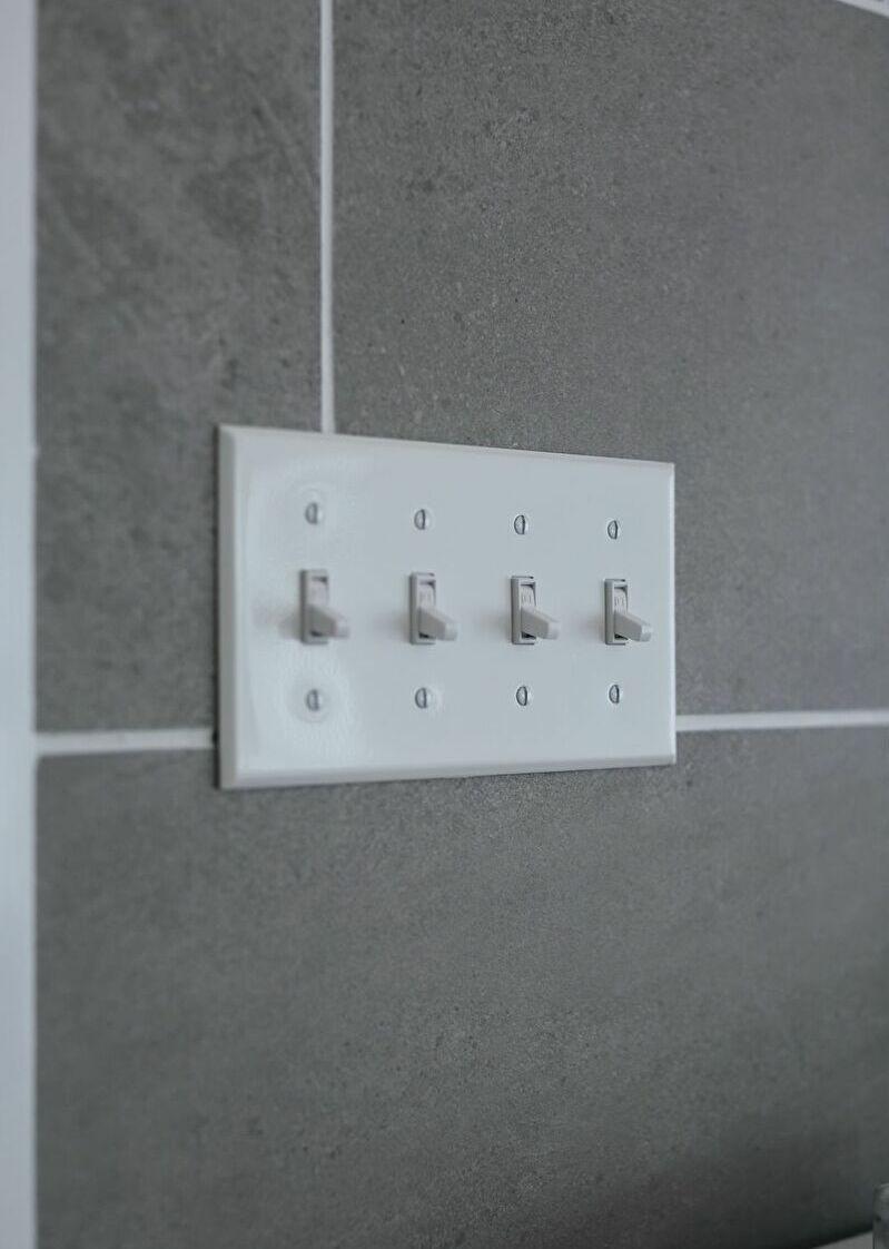 M邸 (電源スイッチも白で統一)