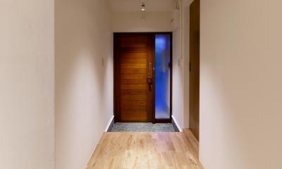 raita 特徴的なRC空間を活かし シンプルかつおしゃれにデザインした戸建テラスリノベ (エントランス1)