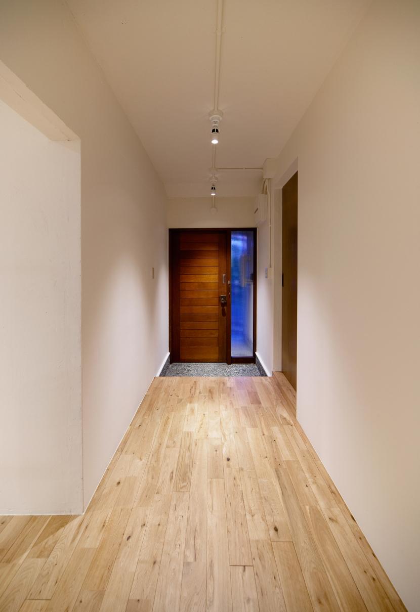raita 特徴的なRC空間を活かし シンプルかつおしゃれにデザインした戸建テラスリノベの部屋 エントランス1