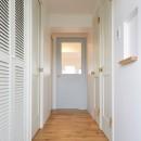 """K様邸~女子の""""好き""""がつまったお家~の写真 タイル貼り玄関から白を基調とした清潔感あふれる廊下へ♪"""