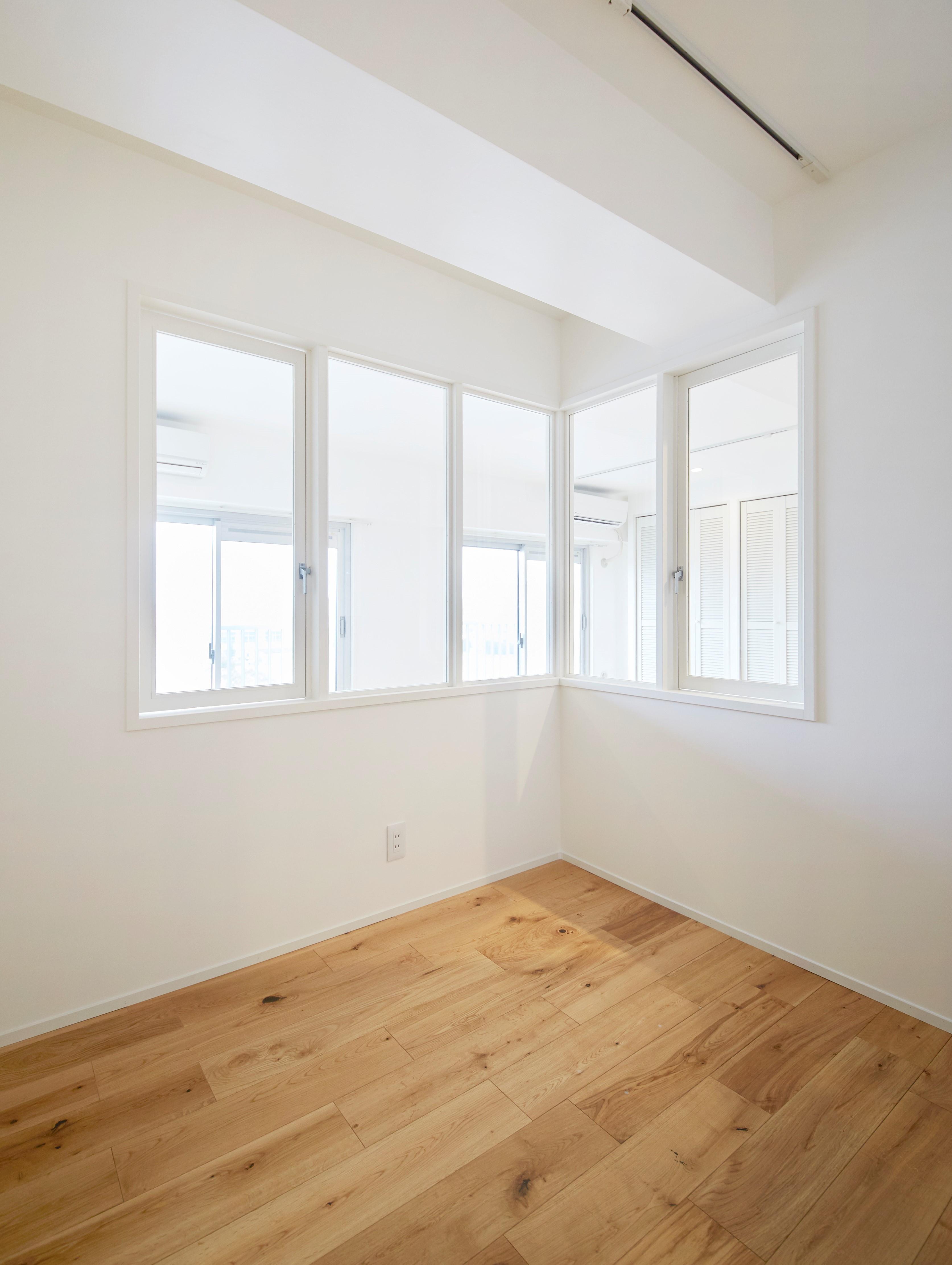 """ベッドルーム事例:造作窓で寝室とリビングに一体感が(^^)/(K様邸~女子の""""好き""""がつまったお家~)"""