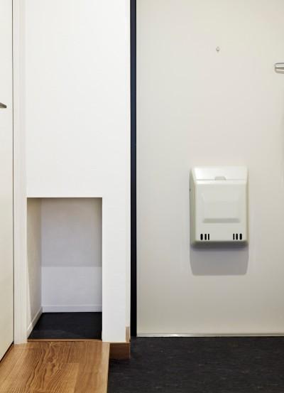 斜めカットと壁面収納 (K様邸 ~温かみに溢れるお1人様専用スイートルーム~)