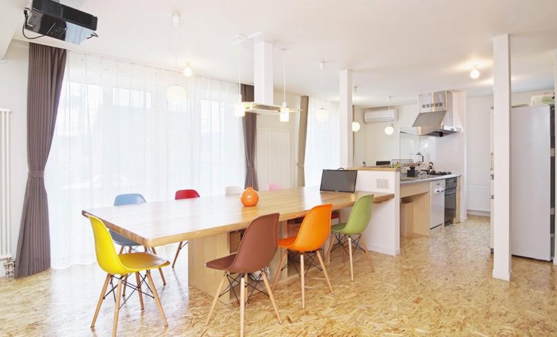 ダイニング・キッチン (OSB House ~おおきく 育つ ぼくたちの家~)