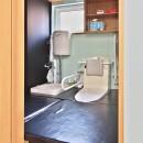 こだわりのデザインを実現したバリアフリーの写真 UTからトイレ
