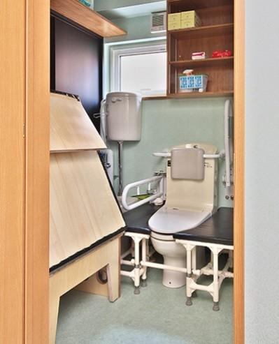 UTからトイレ (こだわりのデザインを実現したバリアフリー)