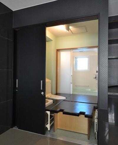 寝室からトイレ (こだわりのデザインを実現したバリアフリー)