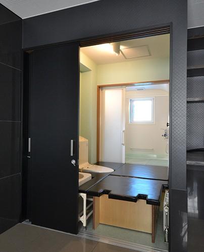 バス/トイレ事例:寝室からトイレ(こだわりのデザインを実現したバリアフリー)