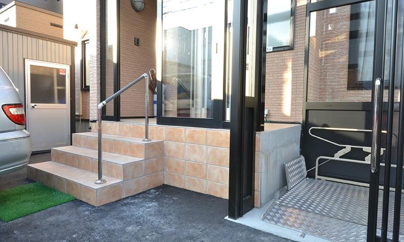 こだわりのデザインを実現したバリアフリー (玄関)