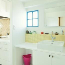 遊び心のある洗面室のブルーの小窓