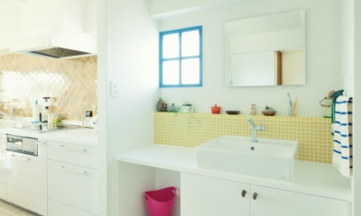 リノベーション / Aloha (遊び心のある洗面室のブルーの小窓)