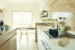 リノベーション / Aloha (色むらのあるタイルが空間をそっと演出するキッチン)