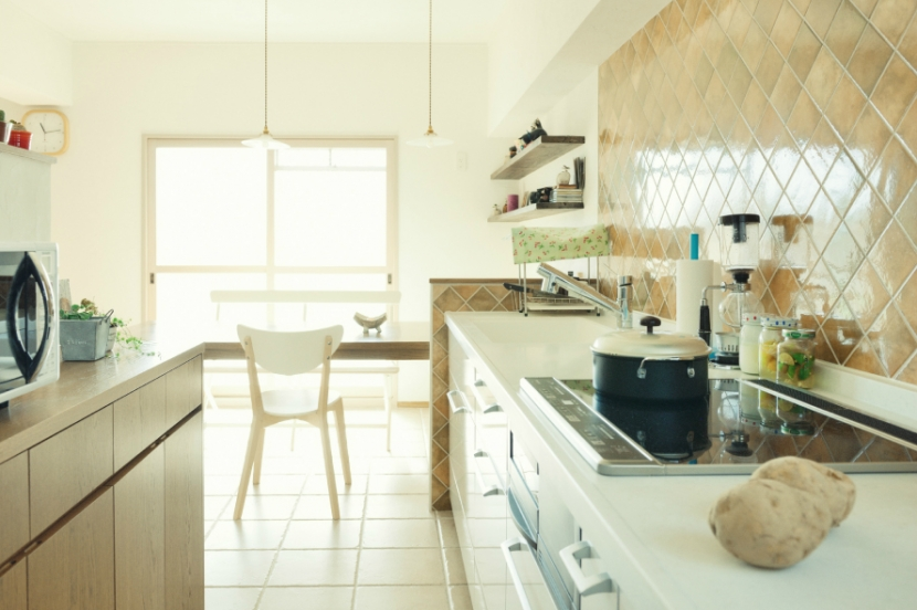 リノベーション / Alohaの部屋 色むらのあるタイルが空間をそっと演出するキッチン
