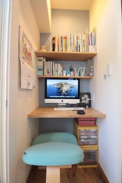 キッチン横に便利な奥様のワークスペース (築40年以上の戸建住宅を快適なお住まいへリノベーション)