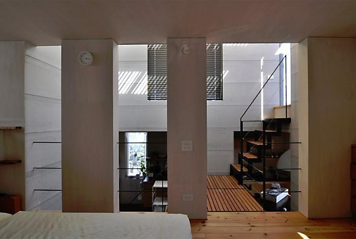 CmSoHo スキップフロアを用い、小さな土地に伸びやかな広がりのある空間を形成 (寝室)